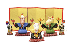 金屏風の前で新年のあいさつをする午達と門松の写真素材 [FYI04904377]