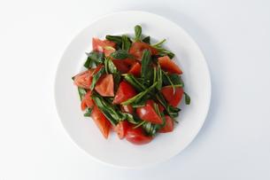 トマトとほうれん草のサラダの写真素材 [FYI04904485]