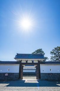 小田原城址公園 二の丸正面に構える馬出門と輝く太陽の写真素材 [FYI04904507]