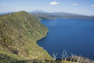 青い湖面の湖 摩周湖の写真素材 [FYI04904654]