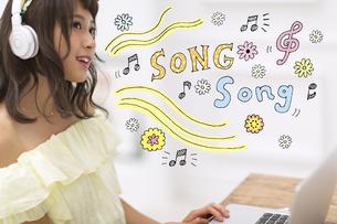 音楽を聴いている女性の写真素材 [FYI04904666]