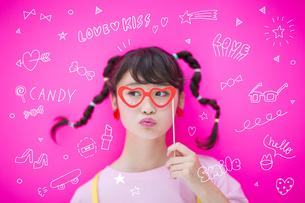 メガネをつける女性の写真素材 [FYI04904671]