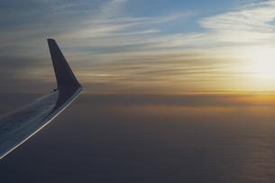 旅客機からの夕方の眺めの写真素材 [FYI04904811]