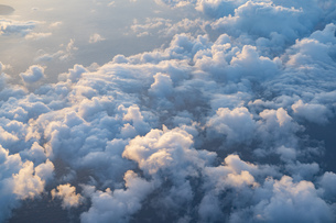 旅客機から見えた海と雲の景色の写真素材 [FYI04904817]