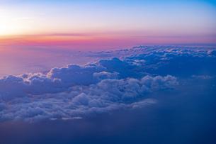 旅客機の窓からの夕景の写真素材 [FYI04904819]