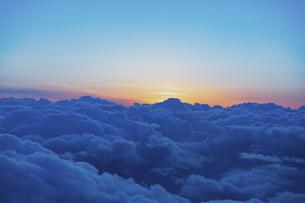 旅客機の窓からの夕景の写真素材 [FYI04904829]