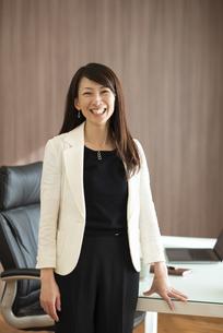 オフィスで微笑むビジネスウーマンの写真素材 [FYI04904958]