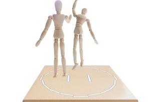 土俵から押し出されるデッサン人形の写真素材 [FYI04905178]
