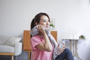 自宅でトレーニングをする笑顔の女性の写真素材 [FYI04905205]