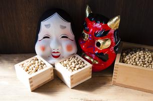 鬼とおたふくのお面と大豆の写真素材 [FYI04905411]