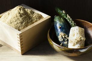 米ぬかと漬物の写真素材 [FYI04905429]