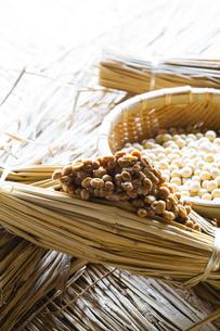 藁納豆と大豆の写真素材 [FYI04905563]