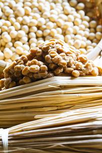 藁納豆と大豆の写真素材 [FYI04905564]