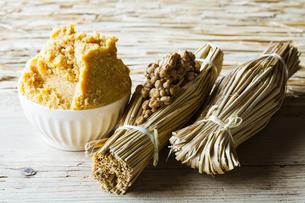 藁納豆と白味噌の写真素材 [FYI04905572]