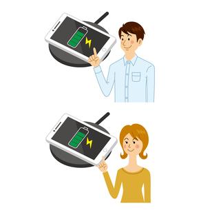 スマホを充電する男女のイラスト素材 [FYI04905736]