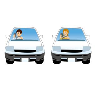 車を運転しながらスマホを見る男女のイラスト素材 [FYI04905759]
