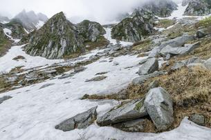 残雪期の千畳敷カールの写真素材 [FYI04905859]