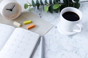 スケジュール帳とコーヒーの写真素材 [FYI04906024]