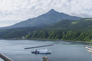 利尻富士と入港するフェリーの写真素材 [FYI04906044]