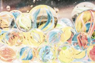 【夏】水の中のカラフルなビー玉 夏休み の写真素材 [FYI04906355]