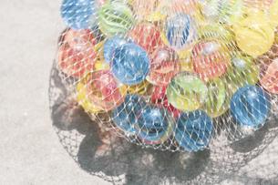 【夏】眩しく輝くカラフルなビー玉 夏休みの写真素材 [FYI04906356]