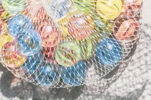 【夏】眩しく輝くカラフルなビー玉 夏休みの写真素材 [FYI04906357]