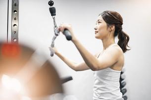 ジムでトレーニングする若い女性の写真素材 [FYI04906878]