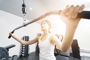 ジムでトレーニングする若い女性の写真素材 [FYI04906892]