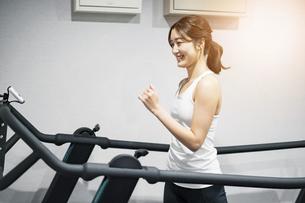ランニングマシンで運動する女性の写真素材 [FYI04906937]