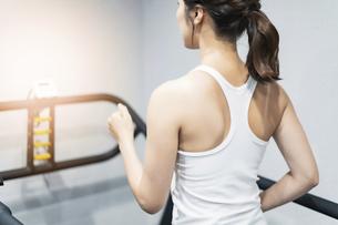 ランニングマシンで運動する女性の写真素材 [FYI04906939]