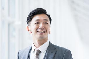 笑顔のビジネスマンの写真素材 [FYI04906942]