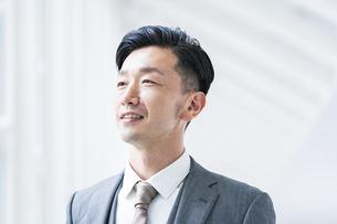 笑顔のビジネスマンの写真素材 [FYI04906943]