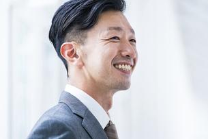 笑顔のビジネスマンの写真素材 [FYI04906949]