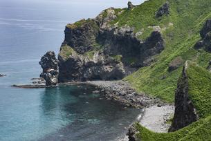 神威岬 念仏トンネルと水無しの立岩の写真素材 [FYI04907180]