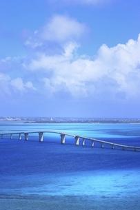 沖縄・宮古島の伊良部大橋の写真素材 [FYI04907248]