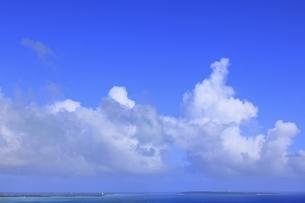 夏雲の宮古島と来間大橋の写真素材 [FYI04907253]