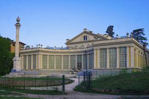 ローマ ヴィッラ・トルロニア公園 劇場(Teatro di Villa Torlonia)とオベリスク(Colonna Onoraria)の写真素材 [FYI04907278]