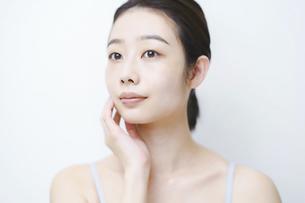 肌の状態を確かめる女性の写真素材 [FYI04907292]