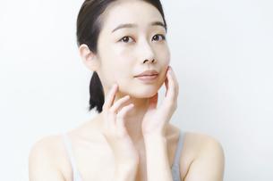 肌の状態を確かめる女性の写真素材 [FYI04907300]