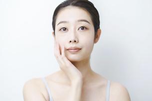 肌の状態を確かめる女性の写真素材 [FYI04907301]