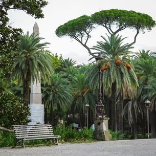 オベリスク前のベンチ ローマ ヴィッラ・トルロニア公園の写真素材 [FYI04907336]