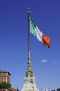秋晴れの空にイタリア国旗 ヴィットリオ・エマヌエーレ2世記念堂(Monumento Nazionale a Vittorio Emanuele II)の写真素材 [FYI04907337]