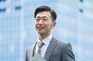 笑顔のビジネスマンの写真素材 [FYI04907371]