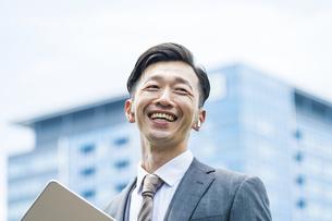 笑顔のビジネスマンの写真素材 [FYI04907378]