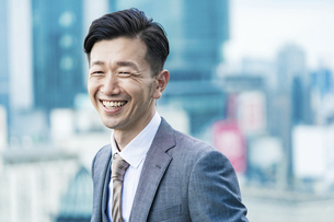 笑顔のビジネスマンの写真素材 [FYI04907383]