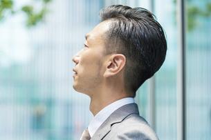 真剣な表情のビジネスマンの写真素材 [FYI04907394]