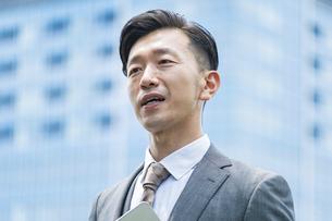 真剣な表情のビジネスマンの写真素材 [FYI04907399]