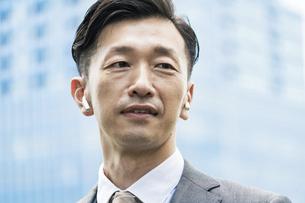 真剣な表情のビジネスマンの写真素材 [FYI04907402]