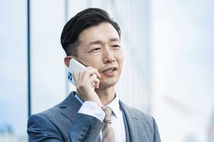 スマートフォンで通話するビジネスマンの写真素材 [FYI04907413]