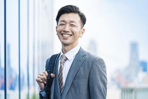 笑顔で通勤するビジネスマンの写真素材 [FYI04907416]